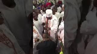 Yinka Ayefele singing while His Majesty Oba Adeyeye Eniitan Ogunwusi. The Ooni of ife Spray Money