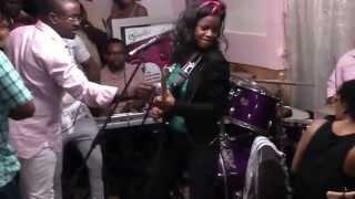 Carine Solo chanteuse et guitariste camerounaise chante Essingan au Foufou Club