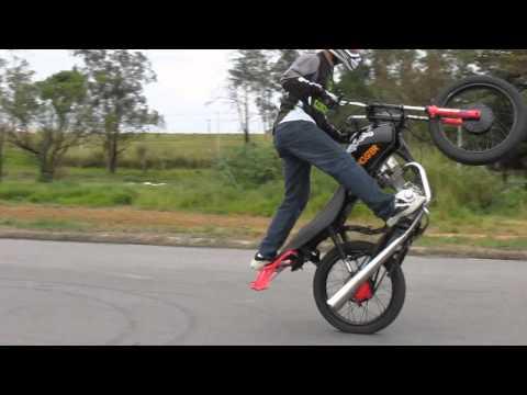 Como empinar moto em pé
