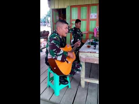 grajagan tentara nyanyi di kios burung3