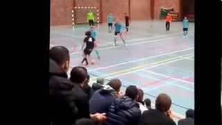 Garoto faz drible impressionante em jogo de futsal