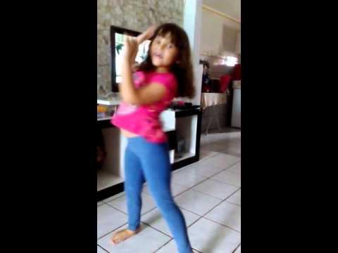 Fernanda dançando o Panapana.