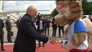 """شاهد: رئيس بيلاروسيا يلعب كرة القدم مع الذئب """"زابيفاكا"""" في مطار بموسكو …"""