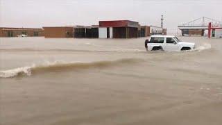 شاهد: الفيضانات تغرق شوارع وتدمر بناها التحتية وتغلق جسورا في الكويت…