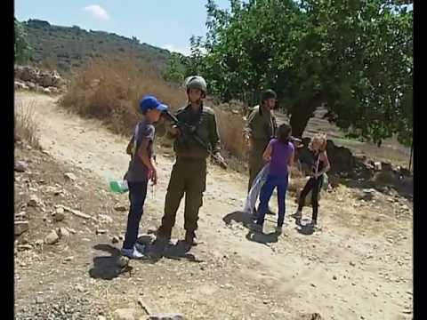 اعتقال ام امام طفلتها تصوير فادي الجيوسي فلسطينtv