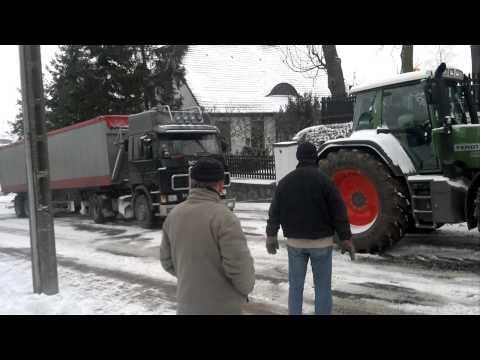Kiszkowo Scania i Fenot na śliskiej górce.