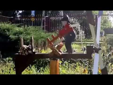 Wiatrak ogrodowy drwal Zygmunt piłuje aż wióry lecą Whirligig lumberjack