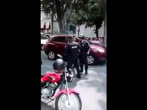 Policía protagoniza pelea callejera con motociclista