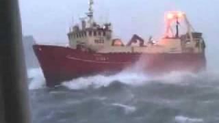 السفينه وامواج البحر
