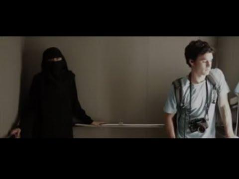 Él tenía miedo de estar en un ascensor con ella. Pero cuando ella se quitó el velo .