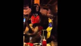 Na gooré de WALY SECK par des danseurs déguisés en filles FLUVORE
