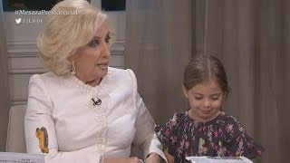 Antonia, la hija de Mauricio Macri, le dio un beso en vivo a Mirtha Legrand