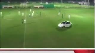 في الدوري الاماراتي للشباب مشجع يدخل الملعب بسيارته !!