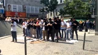 Beautiful Scene: Muslims Pray in Public in a German City (2014) المسلمون يصلون في المدينة الألمانية