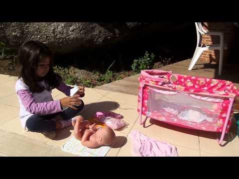 Gabi dando banho na baby reborn