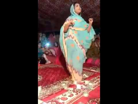 فتاة ترقص علي موسيقي موريتانية