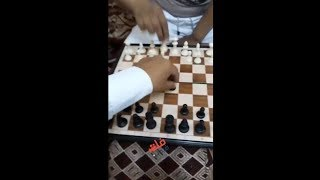 يبي يجرب حركة جديدة بالشطرنج وانقلبت عليه 😂 نهاية الفلسفة الزايدة 😂😂