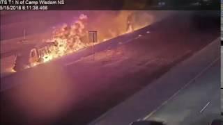 بي_بي_سي_ترندينغ: شاحنة تتحول إلى كتلة لهب في اصطدام مروع على طريق سريع في تكساس