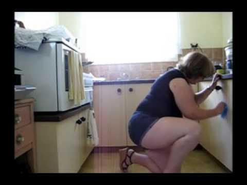 Esposa limpando casa
