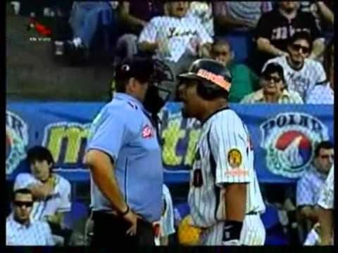 Yorvit Torrealba agrede al umpire principal en juego Leones Caribes