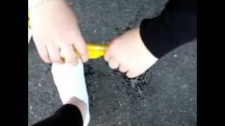 Dumme Mädchen kleben sich die Füße am Boden an!!!