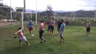 Golero de muleta defende  bola z� kura