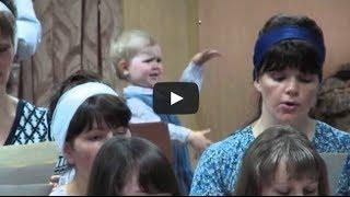 Mini maestro, little girl conducting a church choir, Kyrgyzstan: Девочка руководит хором