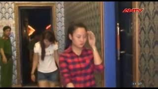 """Clip: Quán karaoke cho tiếp viên """"bay lắc"""" cùng khách"""