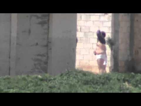 شام24 قوات الآمن تقوم بتعرية اهالي دير بعلبة للكبار 5 4 2012