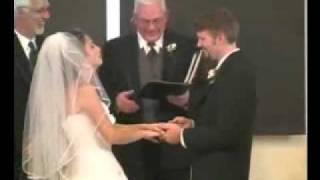 عروس لم تستطع أن تكف من الضحك أثناء مراسم زفافها