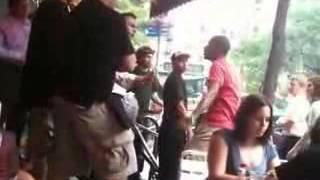 معركة طاحنة بين شابين داخل مطعم