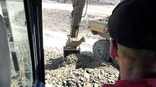 John Deere 350D loading a Cat 740