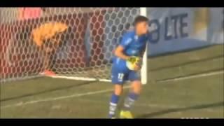 Insólito gol en Uruguay. Un jugador del Sudamerica se la lía al portero rival del Plaza Colonia.