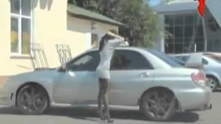 Dikira ga ada orang di mobil, cewek ini angkat rok tinggi-tinggi