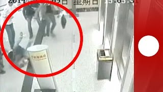 Unlucky bank robber doesn't get far with his loot, CCTV China
