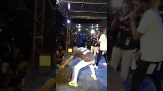 DiDier Drogba en appel vidéo AVEC Magic Diezel en plein concert live.