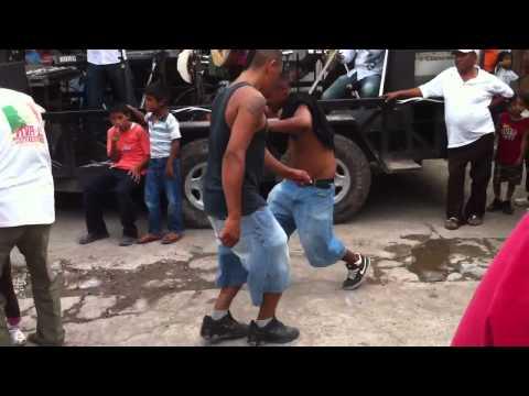 Borrachos bailando en tenex