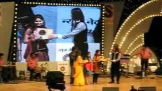 Rakhi Chand receiving award from sonu nigam in sangam kala group mega finale