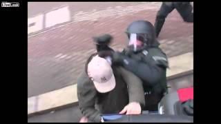Kenhvideo.com-Thanh niên biểu tình bị cảnh sát cơ động lôi xuống xe đánh cho nhừ đòn