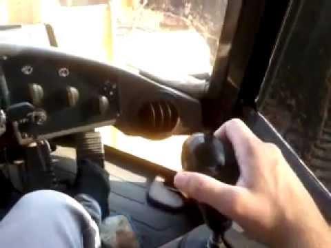operando uma 938G caterpillar