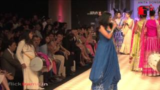 Sona Mohapatra  Falls On the Ramp in LFW