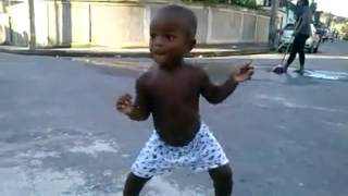 Bebe fofo dançando funk