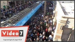"""بالفيديو.. """"خناقات ومشى على القضبان"""" بسبب زحام محطة مترو عزبة النخل"""