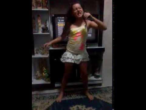 menina dançando e dublando
