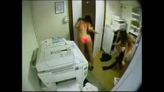 Fotokopi Makinesi ile Bronzlaşan Kızlar