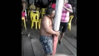 Rapaz Embriagado Beijando um Poste Drunk Boy Tipsy Kissing a Pole Drunkard Wino Niño Borracho Besos