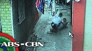 TV Patrol: Sapul sa CCTV, pulis, pinagsasaksak ng aarestuhing lalaki