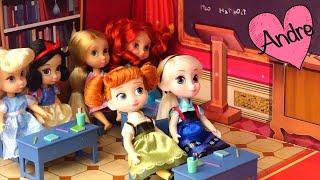 La reina se disfraza de maestra y molesta a las niñas princesas - Videos de juguetes en español