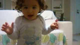 video de criança cantando - muito engraçado!