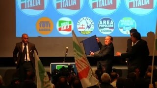 Berlusconi inciampa e cade sul palco al comizio di Genova